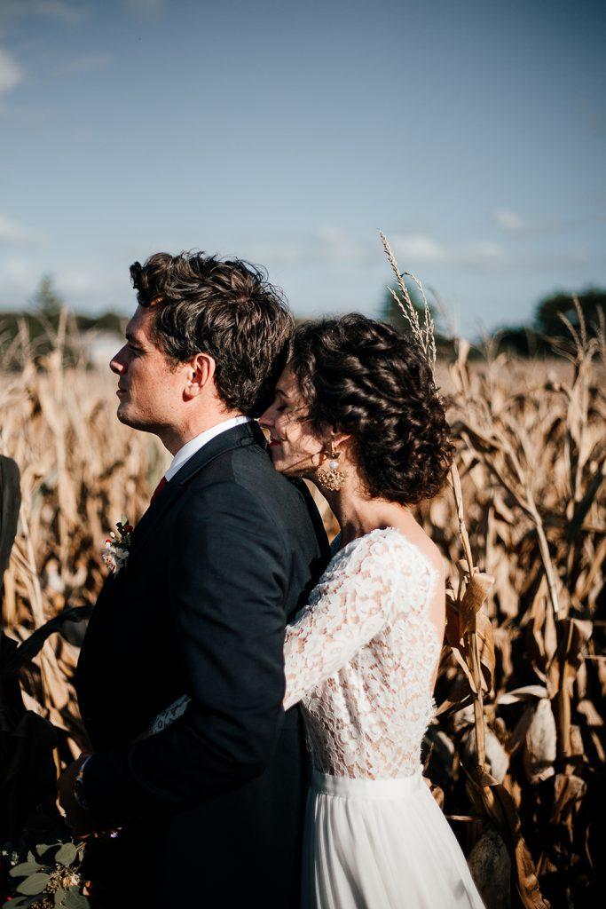 Floriane et Pierre-Henri vus de profils dans un champ de blé